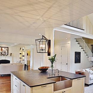 ナッシュビルの広いカントリー風おしゃれなキッチン (エプロンフロントシンク、落し込みパネル扉のキャビネット、白いキャビネット、シルバーの調理設備、無垢フローリング、亜鉛製カウンター、白いキッチンパネル、木材のキッチンパネル) の写真