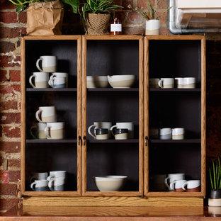 Создайте стильный интерьер: отдельная кухня среднего размера в классическом стиле с двойной раковиной, фасадами цвета дерева среднего тона, столешницей из меди, коричневым фартуком, паркетным полом среднего тона, островом, коричневым полом и коричневой столешницей - последний тренд
