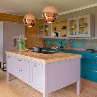 他の地域の中サイズのトランジショナルスタイルのおしゃれなキッチン (シェーカースタイル扉のキャビネット、紫のキャビネット、木材カウンター、青いキッチンパネル、淡色無垢フローリング、ベージュの床、ベージュのキッチンカウンター) の写真