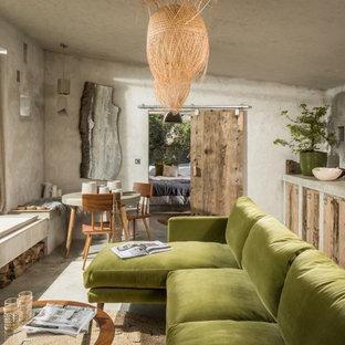 コーンウォールの小さいラスティックスタイルのおしゃれなキッチン (フラットパネル扉のキャビネット、中間色木目調キャビネット、コンクリートカウンター、パネルと同色の調理設備、コンクリートの床、アイランドなし、ベージュの床、ベージュのキッチンカウンター) の写真