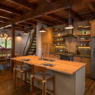 Exempel på ett mellanstort rustikt kök och matrum, med stänkskydd i keramik, mörkt trägolv, en köksö, en undermonterad diskho, skåp i shakerstil, skåp i mellenmörkt trä, träbänkskiva och grått stänkskydd