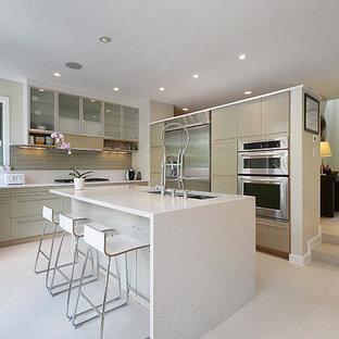 オースティンの中サイズのモダンスタイルのおしゃれなキッチン (ダブルシンク、フラットパネル扉のキャビネット、グレーのキャビネット、クオーツストーンカウンター、グレーのキッチンパネル、サブウェイタイルのキッチンパネル、シルバーの調理設備の、セラミックタイルの床) の写真