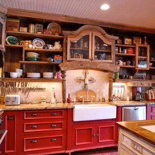 Große Country Wohnküche in L-Form mit Landhausspüle, Küchengeräten aus Edelstahl, roten Schränken, Küchenrückwand in Weiß, Kücheninsel, Schrankfronten mit vertiefter Füllung, Granit-Arbeitsplatte und Rückwand aus Travertin in Nashville