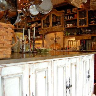 ナッシュビルの大きいシャビーシック調のおしゃれなキッチン (エプロンフロントシンク、白いキャビネット、コンクリートカウンター、白いキッチンパネル、石タイルのキッチンパネル、シルバーの調理設備の、落し込みパネル扉のキャビネット) の写真