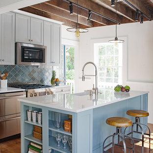 アトランタのカントリー風おしゃれなキッチン (エプロンフロントシンク、インセット扉のキャビネット、グレーのキャビネット、クオーツストーンカウンター、青いキッチンパネル、テラコッタタイルのキッチンパネル、シルバーの調理設備の、無垢フローリング、茶色い床) の写真
