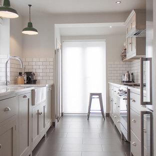 Geschlossene, Zweizeilige, Mittelgroße Moderne Küche mit Landhausspüle, Schrankfronten im Shaker-Stil, Küchenrückwand in Weiß und Rückwand aus Metrofliesen in London