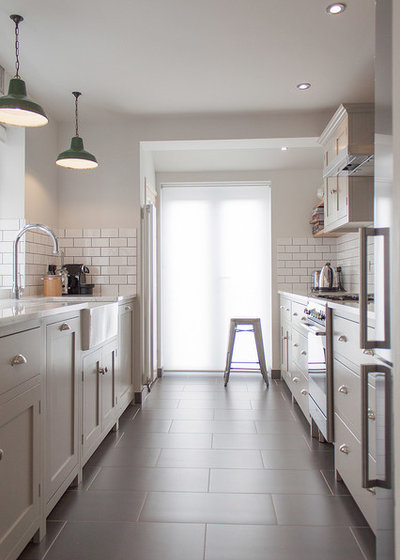 Contemporary Kök by deVOL Kitchens