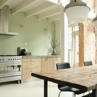 Industriell inredning av ett kök, med släta luckor och rostfria vitvaror