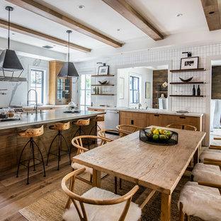 Idéer för ett stort lantligt grå kök, med en undermonterad diskho, släta luckor, skåp i mellenmörkt trä, vitt stänkskydd, rostfria vitvaror, mellanmörkt trägolv, en köksö och brunt golv