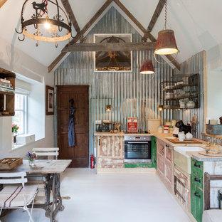 Imagen de cocina en L, romántica, pequeña, sin isla, con puertas de armario con efecto envejecido