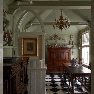 メルボルンの中くらいのトラディショナルスタイルのおしゃれなキッチン (シェーカースタイル扉のキャビネット、緑のキャビネット、木材カウンター、緑のキッチンパネル、木材のキッチンパネル、セラミックタイルの床、アイランドなし、黒い床、緑のキッチンカウンター) の写真