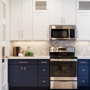 Idée de décoration pour une cuisine tradition de taille moyenne avec un placard à porte shaker, des portes de placard bleues, un plan de travail en quartz modifié, une crédence en carreau de céramique, un électroménager en acier inoxydable, aucun îlot, une crédence beige et un sol en bois clair.