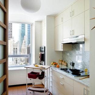 Неиссякаемый источник вдохновения для домашнего уюта: отдельная кухня в стиле ретро с мраморной столешницей, плоскими фасадами, белыми фасадами, белым фартуком и фартуком из каменной плиты