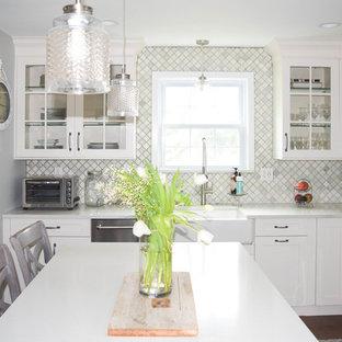 ニューヨークの中サイズのシャビーシック調のおしゃれなキッチン (エプロンフロントシンク、シェーカースタイル扉のキャビネット、グレーのキャビネット、クオーツストーンカウンター、グレーのキッチンパネル、石タイルのキッチンパネル、シルバーの調理設備の、濃色無垢フローリング) の写真