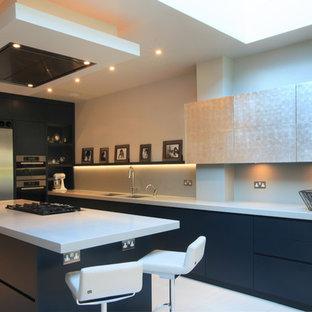 Idéer för att renovera ett mellanstort funkis kök, med släta luckor, blå skåp, bänkskiva i kvartsit, grått stänkskydd, glaspanel som stänkskydd, rostfria vitvaror, klinkergolv i keramik, en halv köksö och en undermonterad diskho