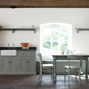 Ejemplo de cocina comedor campestre con suelo de madera oscura