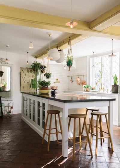 カントリー キッチン by deVOL Kitchens
