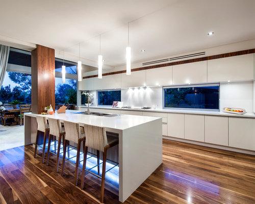 Cuisine avec un plan de travail en quartz modifi et un - Pose plan de travail cuisine ...
