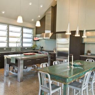 Ejemplo de cocina industrial con armarios con paneles lisos