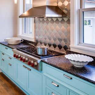 Inspiration för mellanstora moderna kök, med en undermonterad diskho, skåp i shakerstil, turkosa skåp, laminatbänkskiva, stänkskydd med metallisk yta, stänkskydd i metallkakel, rostfria vitvaror, mörkt trägolv och en köksö