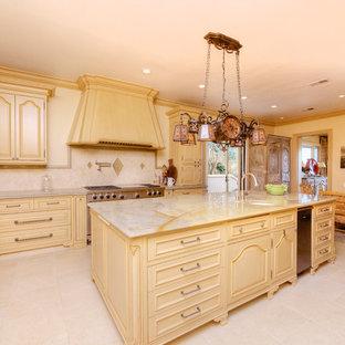 Idéer för ett stort medelhavsstil kök och matrum, med luckor med upphöjd panel, skåp i ljust trä, bänkskiva i kvarts, vitt stänkskydd, rostfria vitvaror, klinkergolv i terrakotta och en köksö