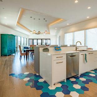 Einzeilige, Große Klassische Küche ohne Insel mit Vorratsschrank, Einbauwaschbecken, Schrankfronten im Shaker-Stil, blauen Schränken, Arbeitsplatte aus Holz, Küchenrückwand in Weiß, Rückwand aus Metrofliesen, Küchengeräten aus Edelstahl, braunem Holzboden, beigem Boden und blauer Arbeitsplatte in Austin