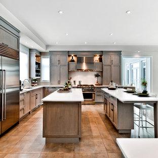 Idéer för ett klassiskt kök, med rostfria vitvaror och flera köksöar