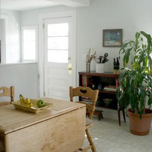 Неиссякаемый источник вдохновения для домашнего уюта: маленькая линейная кухня в стиле фьюжн с обеденным столом, одинарной раковиной, белыми фасадами, столешницей из ламината, белой техникой, полом из ламината, бежевым полом и синей столешницей без острова