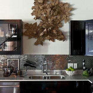 Esempio di una cucina minimal con ante di vetro, ante nere, paraspruzzi con piastrelle di metallo, elettrodomestici in acciaio inossidabile, lavello a doppia vasca e paraspruzzi a effetto metallico