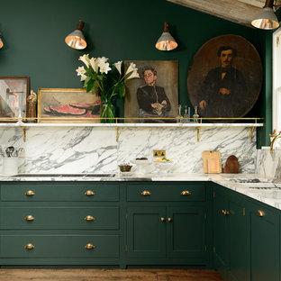 他の地域の広いトラディショナルスタイルのおしゃれなキッチン (ドロップインシンク、フラットパネル扉のキャビネット、緑のキャビネット、大理石カウンター、白いキッチンパネル、黒い調理設備、濃色無垢フローリング、アイランドなし) の写真