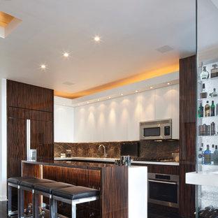 Foto på ett mellanstort funkis kök, med släta luckor, skåp i mörkt trä, grått stänkskydd, rostfria vitvaror, en undermonterad diskho, en halv köksö, bänkskiva i kvarts, stänkskydd i sten, klinkergolv i porslin och svart golv