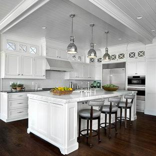 デトロイトの巨大なトランジショナルスタイルのおしゃれなキッチン (インセット扉のキャビネット、白いキャビネット、クオーツストーンカウンター、黄色いキッチンパネル、サブウェイタイルのキッチンパネル、シルバーの調理設備、濃色無垢フローリング) の写真