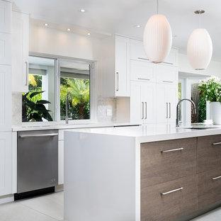 На фото: большие кухни в современном стиле с врезной раковиной, плоскими фасадами, белыми фасадами, столешницей из кварцевого композита, белым фартуком, фартуком из плитки мозаики, техникой из нержавеющей стали и островом