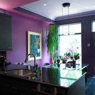 Inredning av ett klassiskt mellanstort kök, med en dubbel diskho, rostfria vitvaror och en halv köksö