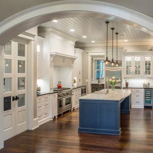 シャーロットの広いトラディショナルスタイルのおしゃれなキッチン (エプロンフロントシンク、インセット扉のキャビネット、白いキャビネット、珪岩カウンター、白いキッチンパネル、セラミックタイルのキッチンパネル、シルバーの調理設備、濃色無垢フローリング、茶色い床、黒いキッチンカウンター、板張り天井) の写真