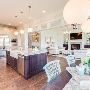 Diseño de cocina de estilo americano con fregadero sobremueble, armarios estilo shaker, puertas de armario beige, encimera de cuarzo compacto, suelo de madera en tonos medios y una isla