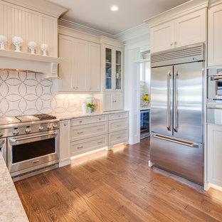 Idee per una cucina stile americano con lavello a vasca singola, ante in stile shaker, ante beige, top in quarzo composito, paraspruzzi beige, paraspruzzi con piastrelle a mosaico, elettrodomestici in acciaio inossidabile, pavimento in legno massello medio e isola