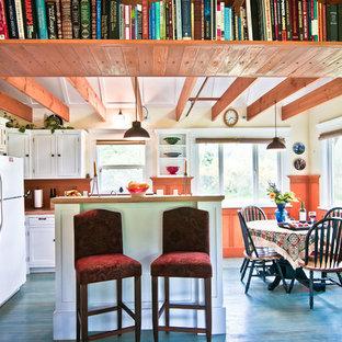 Неиссякаемый источник вдохновения для домашнего уюта: кухня в стиле рустика с обеденным столом, фасадами в стиле шейкер, белыми фасадами, деревянным полом и синим полом