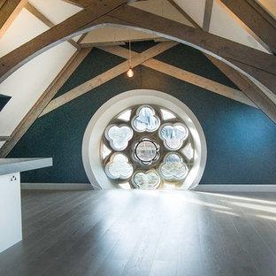 Idée de décoration pour une cuisine ouverte victorienne en L de taille moyenne avec un placard à porte plane, des portes de placard blanches, un plan de travail en quartz modifié, une crédence bleue, un sol en bois clair et une péninsule.