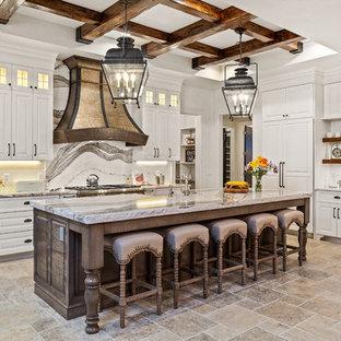 Inspiration för ett stort lantligt flerfärgad flerfärgat kök och matrum, med en rustik diskho, skåp i shakerstil, vita skåp, bänkskiva i kvarts, flerfärgad stänkskydd, stänkskydd i tunnelbanekakel, integrerade vitvaror, travertin golv, en köksö och flerfärgat golv