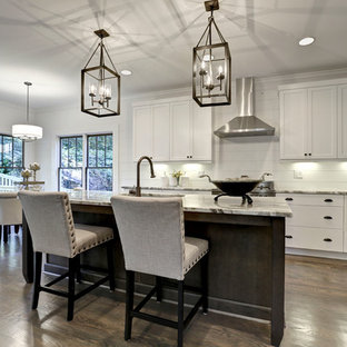 アトランタの中くらいのトランジショナルスタイルのおしゃれなキッチン (アンダーカウンターシンク、シェーカースタイル扉のキャビネット、白いキャビネット、珪岩カウンター、白いキッチンパネル、シルバーの調理設備、無垢フローリング、塗装板のキッチンパネル) の写真