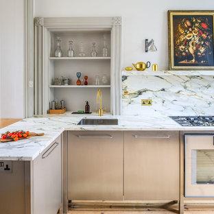 Inspiration för mellanstora moderna kök, med en undermonterad diskho, släta luckor, skåp i rostfritt stål, marmorbänkskiva, flerfärgad stänkskydd, stänkskydd i marmor, rostfria vitvaror, ljust trägolv och gult golv