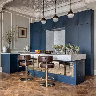 Выдающиеся фото от архитекторов и дизайнеров интерьера: кухня в стиле фьюжн с фасадами в стиле шейкер, синими фасадами, мраморной столешницей и островом