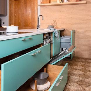 Esempio di una piccola cucina scandinava con ante lisce, ante blu, top in quarzite, elettrodomestici in acciaio inossidabile, pavimento con piastrelle in ceramica, un'isola, pavimento beige e top bianco