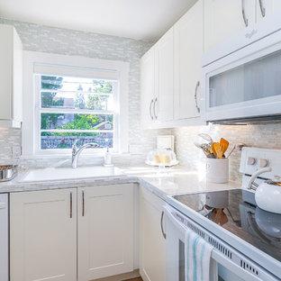 Неиссякаемый источник вдохновения для домашнего уюта: маленькая угловая кухня в стиле шебби-шик с одинарной раковиной, фасадами в стиле шейкер, белыми фасадами, столешницей из плитки, разноцветным фартуком, фартуком из стекла, белой техникой и светлым паркетным полом