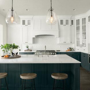 ボイシのビーチスタイルのおしゃれなキッチン (シェーカースタイル扉のキャビネット、白いキャビネット、白いキッチンパネル、シルバーの調理設備、濃色無垢フローリング、茶色い床) の写真