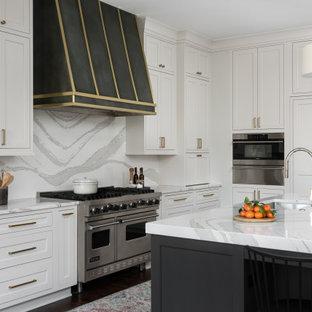 シカゴの広いトランジショナルスタイルのおしゃれなキッチン (アンダーカウンターシンク、フラットパネル扉のキャビネット、白いキャビネット、クオーツストーンカウンター、白いキッチンパネル、クオーツストーンのキッチンパネル、パネルと同色の調理設備、濃色無垢フローリング、茶色い床、白いキッチンカウンター、格子天井) の写真