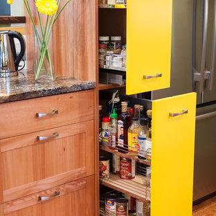 Immagine di una piccola cucina eclettica con lavello sottopiano, ante lisce, ante gialle, top in granito, paraspruzzi multicolore, paraspruzzi con piastrelle in ceramica, elettrodomestici in acciaio inossidabile, pavimento in legno massello medio e nessuna isola