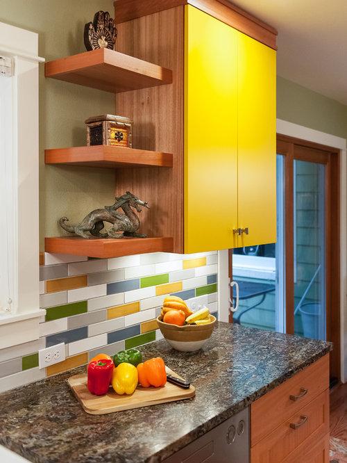 Cuisine avec une cr dence multicolore et un garde manger for Placard garde manger cuisine