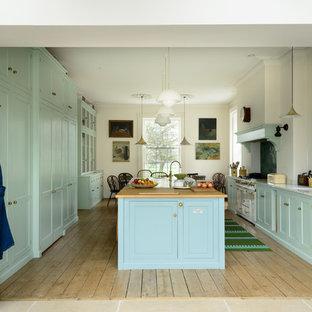 Zweizeilige, Geräumige Klassische Wohnküche mit Landhausspüle, Schrankfronten im Shaker-Stil, türkisfarbenen Schränken, Küchenrückwand in Grün, weißen Elektrogeräten, Kücheninsel und grauer Arbeitsplatte in Sonstige